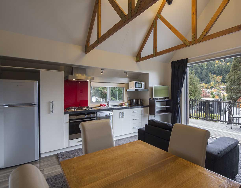 Pinewood Lodge & Apartments