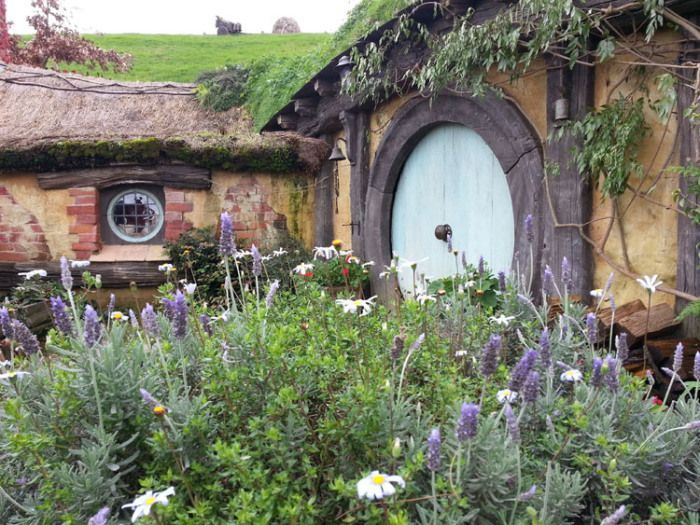 http://justpoppingoutforabit.files.wordpress.com/2014/05/flowers-and-hobbit-hole.jpg?w=700&h